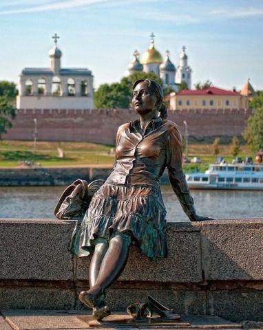 Памятник туристке